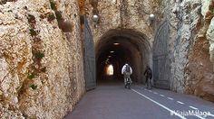 Una red de túneles atraviesan el promontorio que separa éste paseo marítimo del Rincon de la Victoria.