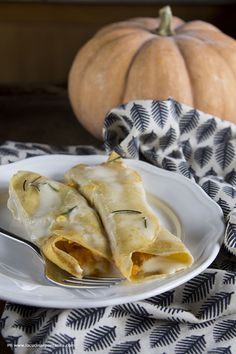 Crêpes di zucca con fonduta di taleggio - La cucina spontanea - ricette, fotografie e parole ✫♦๏☘‿FR Oct ༺✿༻☼๏♥๏写☆☀✨ ✤ ❀‿❀ ✫❁`💖~⊱ 🌹🌸🌹⊰✿⊱♛ ✧✿✧♡~♥⛩ ⚘☮️❋ Real Food Recipes, Cooking Recipes, Yummy Food, Savory Crepes, Crepe Recipes, Fake Food, Menu, Creative Food, Pumpkin Recipes