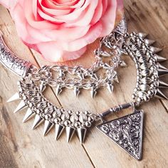 Stunning Silver Toned Statement Necklace #silver #fashion #statementnecklace -  22,90  @happinessboutique.com