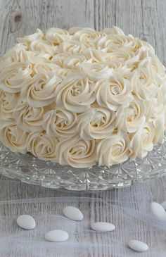Le rose cake, le plus simple des cakes design - Cook and Goûte Purple Wedding Cakes, Wedding Cakes With Flowers, Elegant Wedding Cakes, Elegant Cakes, Wedding Cake Designs, Wedding Cake Toppers, Flower Cakes, Gold Wedding, Cake Roses