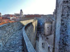 Muralhas da cidade (Dubrovnik City Walls) Um dos monumentos de fortificação mais grandiosos da Europa. Símbolo da cidade, as muralhas tem quase 2km de extensão, e sua altura atinge, em algumas partes, os 25m. Achei uma experiência incrível caminhar sobre toda a muralha, tendo vistas da cidade histórica e do mar Adriático! Um passeio obrigatório na sua visita a Dubrovnik.  No verão, as muralhas ficam abertas até às 19h. Portanto, como faz um calor absurdo, deixe para começar o passeio às…
