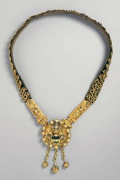Chain (necklace). Mayor chain. Medallion crest Waldmann and Zurich. Late Gothic. Gold forged; Medallion: Gold driven, enamelled. 1450 - 1500.