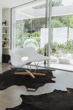 zu Besuch bei Katerina - ein modernes Hanghaus aus Sichtbeton Architectural Digest, Bauhaus, Armchairs, Sofas, Johannes, Le Corbusier, Modern, Favorite Things, Objects