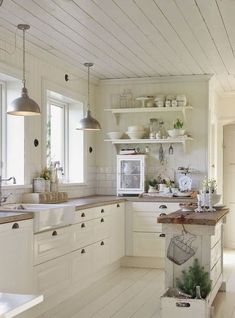 Gorgeous 100 Stunning Farmhouse Kitchen Ideas on A Budget https://coachdecor.com/100-stunning-farmhouse-kitchen-ideas-budget/