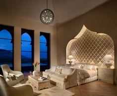 déco orientale dans la chambre à coucher avec une niche murale lumineuse en forme de la porte de Médina