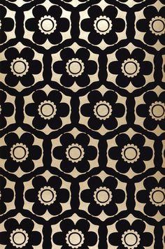 Black-purple flowers in a precious flock material are arranged on a pearl-gold background. Flock Wallpaper, Fabric Wallpaper, Pattern Wallpaper, Textiles, Textile Patterns, Print Patterns, Gold Pattern, Pattern Art, Pattern Design