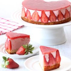 Mousse cake layered on top of a sponge cake filled with strawberry mousse and topped with strawberry jelly. Strawberry Mousse Cake, Strawberry Recipes, Strawberry Cheesecake, Strawberry Jelly, Mousse Dessert, Köstliche Desserts, Delicious Desserts, Dessert Recipes, Quick Dessert