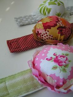 Sew Stylish Floral Pin Cushion, a guest tutorial from Tea Rose Home on Ruffles & Stuff. Totally wristable.