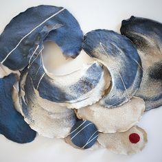 Sarrazine tableau fait avec des galettes de sarrasin pigmentées . Galettes séchées  / composition entre peinture 3D et sculpture .
