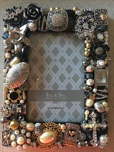 Costume Jewelry Crafts, Vintage Jewelry Crafts, Old Jewelry, Diy Decorate Picture Frame, Cute Couple Gifts, Jewelry Frames, Diy Monogram, Shabby Chic Crafts, Frame Crafts