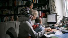 """Muitas mães optam pelo """"home office"""" para ficar mais perto dos filhos sem abrir mão da carreira.  Saber conciliar essas duas frentes não é tarefa fácil, mas os ganhos em qualidade de vida e contato com a família compensam.  O grande diferencial é a total flexibilidade de horário, podendo trabalhar mais ou menos horas, de acordo com a disponibilidade.  Verifica 20 ideias de negócios para ti que és mãe poderes montar em casa: http://paulagarcia.biz/r/20-negocios-maes-em-casa"""