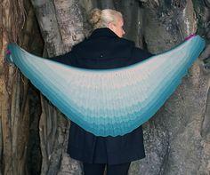 Vingesjal. Sjal formet som en stor vinge, der gradvis bliver lysere og lysere opefter i forskellige strukturmønstre. Kan gøres større. Her strikket i ren uld på pinde 3½-4.