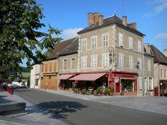 Met zijn museum over het Lokale leven, de Aubusson wandtapijten... - Het stadje Luzy, ligt in het zuiden van het Regionaal Natuurpark van Le Morvan, aan…