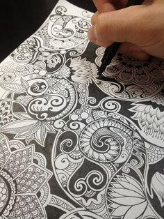 :: Fabulous example of zentangle!  :: it does use shading, difference of scale between units - and recognizable (botanical) shapes for the string.