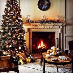 35 Gorgeous Christmas Living Room With Fireplace Ideas Christmas Interiors, Christmas Living Rooms, Christmas Room, Christmas Scenes, Gold Christmas, Classic Christmas Decorations, Elegant Christmas, English Christmas, Boxing Day