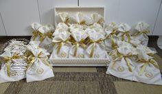 Caixas Casamento - Lembrança para convidados - Medalhão Divino Espírito Santo (0183CAS), em embalagem de Linho com monograma bordado - Aline - Tudo em Caixas