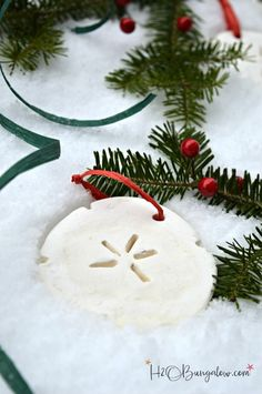 Tutorial for DIY Cornstarch dough Christmas ornaments and recipe. Easy to work with dough, sandable and not sticky, perfect for cookie cutters. Diy Christmas Ornaments, Handmade Christmas, Holiday Crafts, Christmas Decorations, Christmas Ideas, Christmas 2016, Christmas Inspiration, Christmas Stuff, Christmas Cookies
