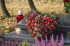 Dušičkovou výzdobu tentokrát nekupujte, raději ji vyrobte doma. Nevkusné pestré umělé květy nahraďte raději přírodními materiály. Nápady da dekorace na hrob najdete v naší galerii.