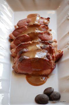 Eendeborst oftewel magret de canard. Gegrild met een beetje jus van Grand Marnier en een vleugje chocolade erover. Een héél verrassend kerstrecept.. Grand Marnier, Waffles, Bacon, Grilling, Bbq, Food And Drink, Pork, Menu, Thanksgiving