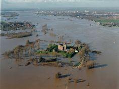 Slot Loevestein ten tijde van de overstromingen van 1995 in de Bommelerwaard