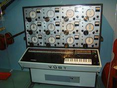 謎の電子楽器。カッコ良すぎます…… (^^)