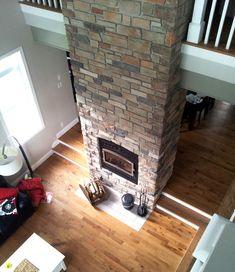 Foyer central avec manteau de cheminée en pierre jusqu'au plafond Pierre Decorative, House, Home Decor, Stone Fireplace Surround, Mantle Ideas, Rustic Mantel, Foyer Ideas, Wood Burning Fireplaces, White Wash Brick