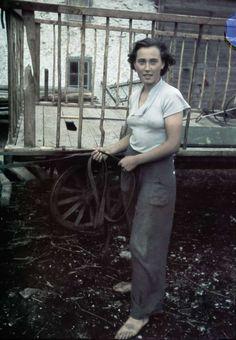 """1938. Kvinna vid höskrinda. """"Broa"""" Fotograf: Lundh, Gunnar"""