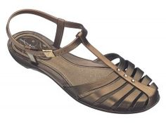Ipanema G2B Ripple Bronze Jelly Retro and revived. These beautiful jellies are so funky. They look cool and are so versatile - whether youre trekking around the shops or up a cliff path these shoes are practical and pretty! Mak http://www.comparestoreprices.co.uk/womens-shoes/ipanema-g2b-ripple-bronze-jelly.asp