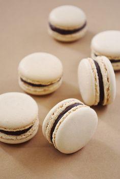 Macarons-au-chocolat-noir-: http://www.confessionsdunegourmande.com/article-macarons-au-chocolat-noir-106672075.html