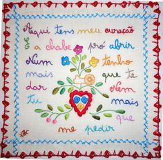 lenços dos namorados Diy Embroidery, Vintage Embroidery, Arte Popular, My Heritage, Needlepoint, Crochet, Portugal, Needlework, Cross Stitch