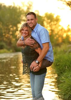 Heartwarming Photo of Wife Carrying Double-Amputee Marine Husband Goes Viral - Jesse, lost both of his legs in Afghanistan in 2009 after stepping on an IED. <--- True Commitment , True Dedication, True Support, and above all TRUE LOVE. Cute Love Couple, Couples In Love, Beautiful Couple, Adorable Couples, Sweet Couple, Bon Courage, Coming Home, What Is Love, Belle Photo