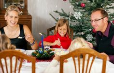Badnja večera je posna, ali je trpeza bogata. Treba da obiluje jelom i pićem da bi i nova godina bila rodna i puna izobilja. Neka jela su obavezna jer im se oduvek pridavao poseban, magijski, značaj. Tu spadaju: med, beli luk (koji ima amajlijsko