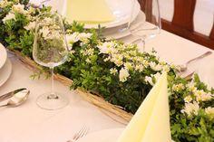 """Jemný luční """"look"""" v podání květů bílých chryzantém, heřmánku a buxusových větviček."""