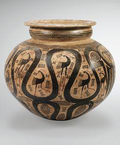 GRANDE JARRE GLOBULAIRE À DÉCOR DE PERSONNAGES ET D'OISEAUX   STYLE TRANSITIONNEL TONOSÍ-CUBITÁ, RÉGION DE GRAN COCLÉ, PANAMA  PÉRIODE V, 500-700 AP. J.-C.  COCLE GLOBULAR JAR WITH FIGURES AND BIRDS, TONOSÍ-CUBITA, PANAMA Coil Pots, Greek Pottery, Art Antique, Inca, Greek Art, Panama, Ancient Artifacts, Ancient Greece, Archaeology