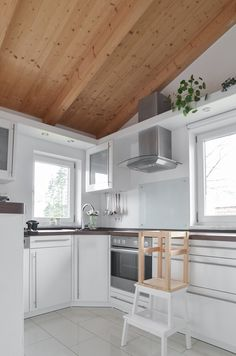 I love to look inside of pretty apartments and homes, and this one is a very Scandi style space in a Bavarian village just outside of Munich Scandinavian Style Home, Scandi Style, Shopping In Italy, Minimal Decor, White City, Shaker Style, Nursery Design, Best Interior, Beautiful Kitchens