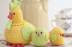 Knitting Pattern of the Week: Chirpy knitted hen and chicks!
