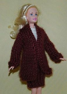 ABC Knitting Patterns - Barbie Elegant Suit (Long Coat and Skirt) I whould use a different yarn to bring pattern out! Barbie Knitting Patterns, Knitting Dolls Clothes, Barbie Clothes Patterns, Crochet Barbie Clothes, Sweater Knitting Patterns, Knitted Dolls, Free Knitting, Free Barbie, Barbie Dress