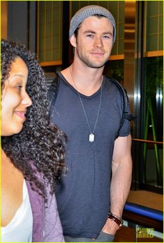 chris hemsworth carries thor hammer at narita airport 04 Chris Hemsworth shows off his Thor hammer while arriving on a flight at Narita International Airport on Saturday (January 25) in Tokyo, Japan.    The 30-year-old…