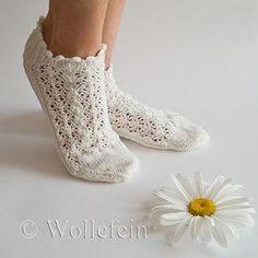 Ravelry: Summer Socks in Lace Daisy - Sommersöckchen Daisy pattern by Ekaterina Arndt Crochet Socks, Knitting Socks, Baby Knitting, Crochet Baby, Knit Crochet, Harry Potter Socks, Daisy Pattern, Black Socks, Baby Sweaters