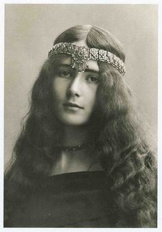 Cléo de Mérode (1875-1966) French dancer and actress ~ Way ahead of her time, she could pass easily for a hippie from the 60's.