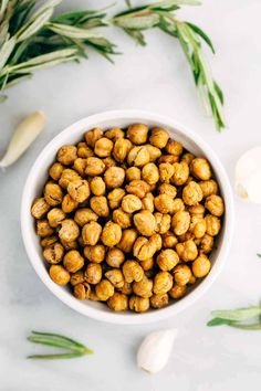 How To Make Crispy Roasted Chickpeas in the Oven - A simple guide for crunchy legumes that are the perfect healthy snack or addition on top of salads and soups. Healthy Cooking, Healthy Snacks, Healthy Eating, Savory Snacks, Quick Snacks, Healthy Sweets, Dog Food Recipes, Vegan Recipes, Cooking Recipes