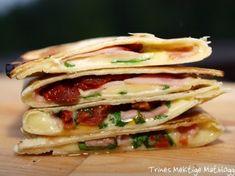 Quesadillas er enkel, god og populær mat, og kan fylles med det du har for hånden. Jeg brukte ulike kjøttpåleggrester denne gangen, sammen med ruccula, ost og soltørkede tomater. Og det ble faktisk…