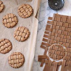 Pepparkakor kan vara mer än hjärtan och kristyr. http://www.purewow.com/recipes/Gingerbread-Lattice-Cookies?pp=1 #101nyaideer #pepparkakor #gingerbread #jul #baka