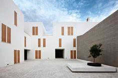 """スペイン・マジョルカ島が拠点である建築設計事務所""""Ripoll Tizón(リポール・ティジョン)""""が手がけた、スペイン・マジョルカ島のSa Pobla(サ・ポブラ)町の公共集合住宅は、中庭を中心とした伝統的な共同住宅のレイアウトを保ちながら、共同住宅というよりは、リゾート施設のようなモダンな景観をサ・ポブラの街に齎している。"""