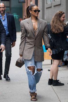 Rihanna's New York Fashion Week Street Style Wardrobe Spring 2018 Mode Rihanna, Rihanna Street Style, Rihanna Fenty, Rihanna Outfits, Rihanna Fashion, Rihanna Casual, High End Fashion, Look Fashion, Mens Fashion