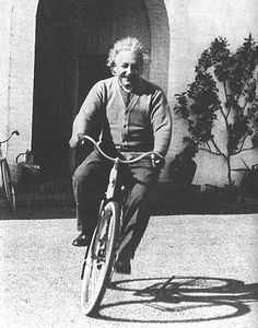 Einstein & Bicicleta.  A foto demonstra.  Pedalar te deixa mais inteligente.