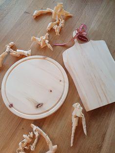 Die handgefertigten Zirbenholz Jausenbretter aus Tirol schmücken jeden gedeckten Tisch und verbreiten durch das Aroma eine angenehme und entspannte Atmosphäre. Camembert Cheese, Food, Wooden Platters, Carpentry, Schnapps, Boards, Handmade, Gifts, Essen