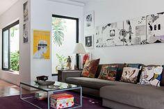 Sofá neutro e almofadas com arte