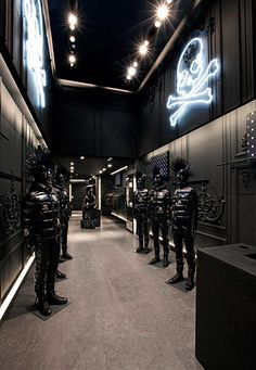 To welcome all those attending the ongoing Paris Fashion Week for Womenswear, Moncler and mastermind JAPAN opened an exclusive pop-up shop along the quiet Japan Interior, Retail Interior, Concept Shop, Concept Stores, Clothing Store Interior, Mastermind Japan, Retail Store Design, Retail Stores, Window Display Retail