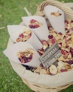 """""""Chuva de flores!"""" 🍃💐🍃 Ao final da cerimônia de casamento é costume se jogar arroz nos noivos, mas hoje as ideias estão mais criativas e coloridas. As pétalas de flores são muito usadas nos casamentos mais rústicos - não que não possa usar em qualquer estilo. E é linda aquela """"chuva de flores"""" e cores! 🍃💐🍃 {via mariage.com} #chuvadeflores #casamento #cerimonia #petalas #petalconfetti #wedding #cerimony #petals #armazeminspira"""
